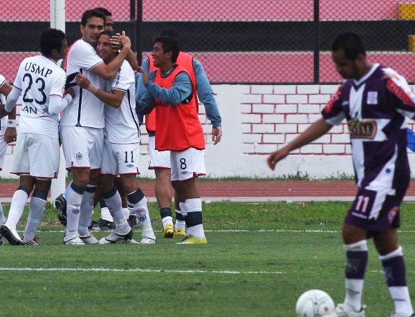FECHA 37. La revancha del campeonato sentenció el pase de los santos a la final. Golearon por 4-0 a Alianza Lima, con tres goles de Alemanno y dejaron a los victorianos sin chances reales de quitarle el primer puesto. (Foto: ANDINA)