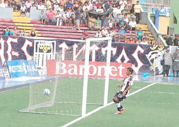 FECHA 39. Con gran actuación de Ramúa, CNI se impondría 2-0 ante Alianza, lo cual acabaría con la paternidad del conjunto blanquiazul en Iquitos. (Foto: Fernando Herrera)
