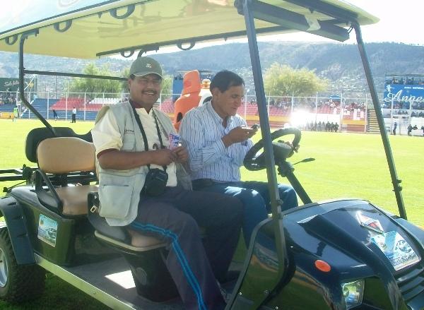 MIL OFICIOS. Nuestro colaborador Ciro Madueño y el jefe del equipo ayacuchano, Sixto Rojas, estuvieron trabajando en la unidad móvil encargada de transportar a los jugadores lesionados. (Foto: Ciro Madueño)