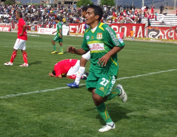 Juan José Pérez celebrando uno de sus goles con Huancayo a Cienciano en 2010. (Foto: diario Primicia de Huancayo)