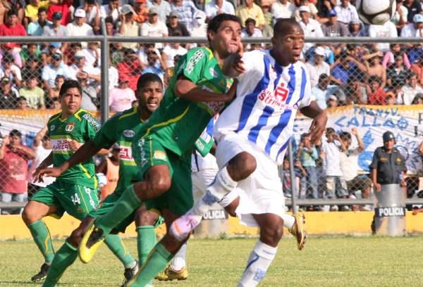 FECHA 43. Si bien el 0-0 fue el reflejo de un reñido partido, Sport Huancayo estuvo tras las sombras por un presunto caso se incentivos. (Foto: Diario La Hora de Piura)