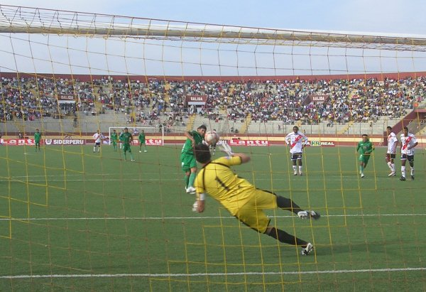 Gol de penal de Sergio Almirón en su extraordinaria jornada ante Gálvez en Chimbote, que mantuvo a CNI en la categoría en 2010. (Foto: Diario de Chimbote)