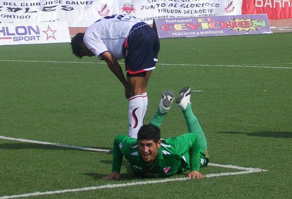 Sergio Almirón en la vez de su gran tarde en el fútbol peruano: marcó cuatro tantos -con CNI- en su duelo ante Gálvez en Chimbote (Foto: Diario de Chimbote)