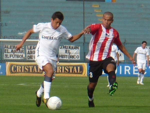 Luis Galliquio con las sedas de Total Chalaco marcando a Manuel Tejada. (Foto: archivo DeChalaca.com)