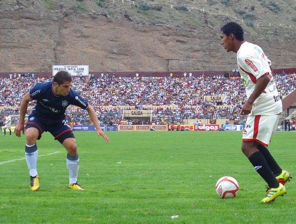 Aldo Corzo espera a que Éver Chávez lo encare en el partido que León jugó ante la San Martín en 2010 por la final nacional (Foto: archivo DeChalaca)