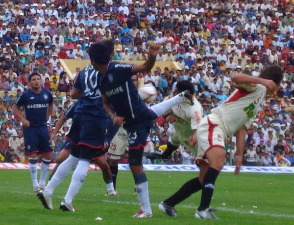 FINAL - IDA. En un partido caliente, los santos logaron in extremis el gol del empate que le facilitaba las chances para llegar campeonar. Alemanno hizo el 1-1 a los 93'+. (Foto: Abelardo Delgado / DeChalaca.com)