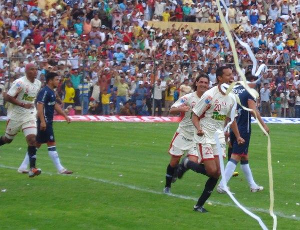 El gran recorrido de Carlos Zegarra en el fútbol peruano lo llevó a jugar finales y anotar goles en ellas como el que metió con camiseta de León a la San Martín en 2010 (Foto: Abelardo Delgado / DeChalaca.com)