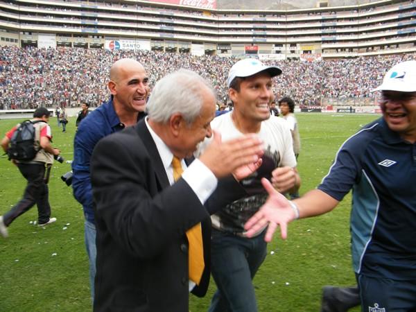 Aníbal Ruiz junto a Claudio Techera y Leao Butrón celebrando el último título de la Universidad San Martín en el fútbol profesional, en 2010. (Foto: archivo DeChalaca.com)