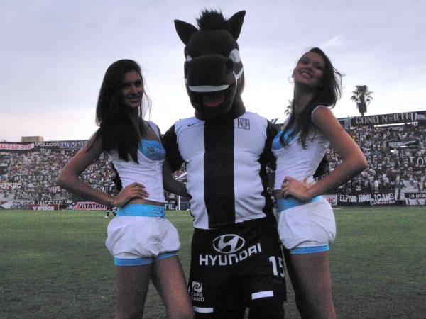 EL SUERTUDO. El Potrillo, la nueva mascota de Alianza, se ganó con estas dos simpáticas modelos. (Foto: Airon Nelson López)