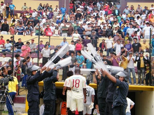 LA SALIDA. Los jugadores del León tuvieron que ser resguardados por la policía tras la sorpresiva derrota en condición local ante Cobresol. (Foto: Jesús Suárez / DeChalaca.com)
