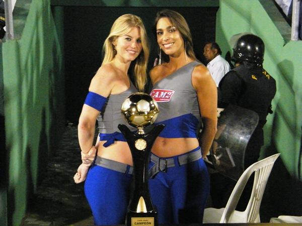 LAS CHICAS. Dos bellas modelos se hicieron presentes en el Miguel Grau para entregar una copa al ganador del Boys-Cristal. (Foto: Wagner Quiroz / DeChalaca.com)