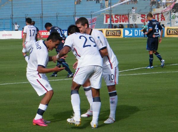 La ronda de la San Martín para celebrar el gol de Diego Nadaya, el primero en su triunfo de 2-1 sobre la Vallejo (Foto: archivo DeChalaca.com)