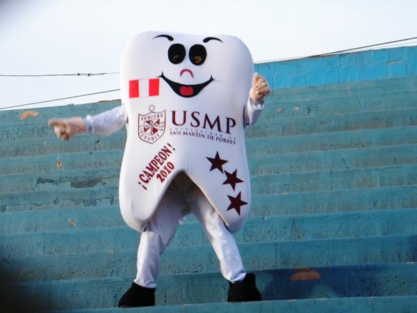 LA MUELA. La mascota más representativa del fútbol peruano estuvo presente en el San Martín para contemplar la victoria del elenco albo ante César Vallejo. (Foto: Wagner Quiroz / DeChalaca.com)