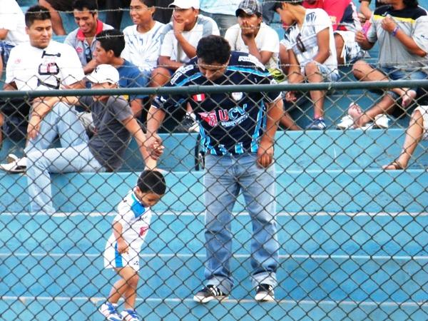 EL HINCHA II. En el San Martín, un padre y un hincha vestidos con la camiseta del Vallejo demostraron que el fútbol es un deporte de familia. (Foto: Wagner Quiroz / DeChalaca.com)