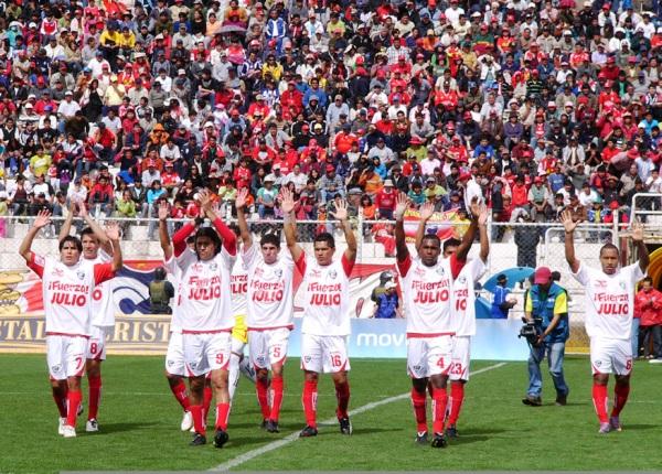 LA MUESTRA DE APOYO. Los jugadores de Cienciano salieron con una camiseta que tenía un mensaje de aliento a Julio García, quien se encuentra lesionado. (Foto: Diario del Cusco)