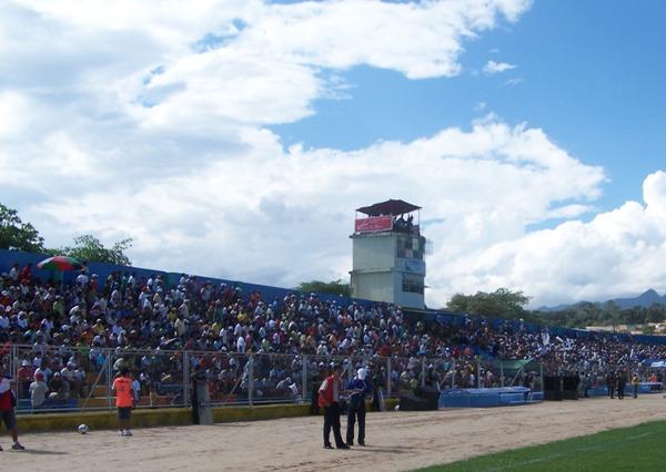 EL DEBUTANTE. El estadio Carlos Vidaurre de Tarapoto abrió sus puertas al fútbol luego de 20 años, y la respuesta de los aficionados locales fue masiva para observar el estreno como local de Unión Comercio (Foto: revista Gool de Oro de Tarapoto)