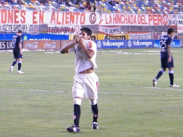 Raúl Ruidíaz celebra su gol en el arco de la San Martín con el mismo gesto que ha repetido desde sus primeros años en Universitario (Foto: archivo DeChalaca.com)