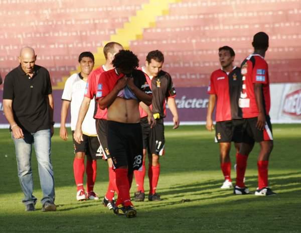 EL DRAMA. Los jugadores de Melgar decepcionaron con su juego en Arequipa. La derrota ante Cobresol fue su segunda caída como local en el mismo número de presentaciones. (Foto: diario El Puelo de Arequipa)