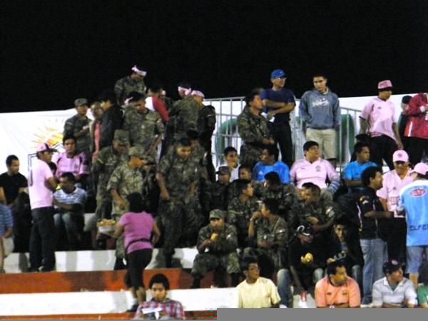 LOS INVITADOS. Un grupo de muchachos del ejército peruano se dieron cita en el Miguel Grau para contemplar el partido de Boys. Su presencia no pasó inadvertida. (Foto: Wagner Quiroz / DeChalaca.com)