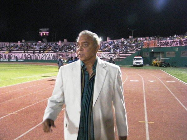 EL TRAJE. Miguel Company volvió a lucir uno de sus inconfundibles trajes el último sábado ante Inti Gas. (Foto: Wagner Quiroz / DeChalaca.com)