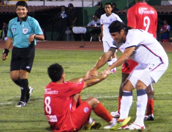 FECHA 04. Moreyra ayuda a levantarse a Ascoy. Así como San Martín se dejó estar y le permitió a Aurich que termine empatando el partido. (Foto: Wagner Quiroz / DeChalaca.com)