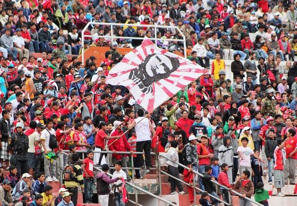 LA GENTE DEL CHE-CHO. La 'Furia Roja' se hizo presente en el Garcilaso del Cusco con una banderola que le dio color al estadio. (Foto: Diario del Cusco)