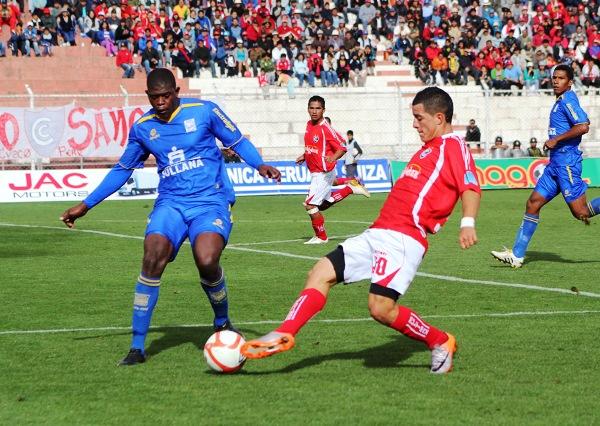 LO TUVO LOCO. Carlos Olascuaga fue un factor desequilibrante en los últimos metros. El ex Alianza Lima se movió por izquierda y no en su conocida posición de '9'. (Foto: Diario del Cusco)