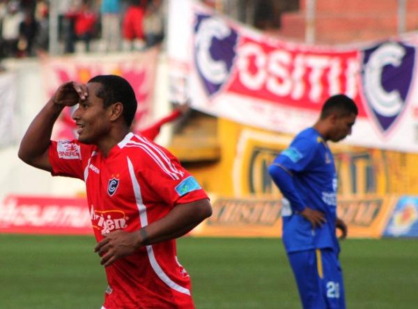 DOS CARAS. Por un lado, 'Chucho' Chávez celebra y busca a algún ser querido para dedicarle el gol. Por el otro, Israel Kahn se lamenta, pues el cuarto tanto sepultaba la moral sullanense. (Foto: Diario del Cusco)