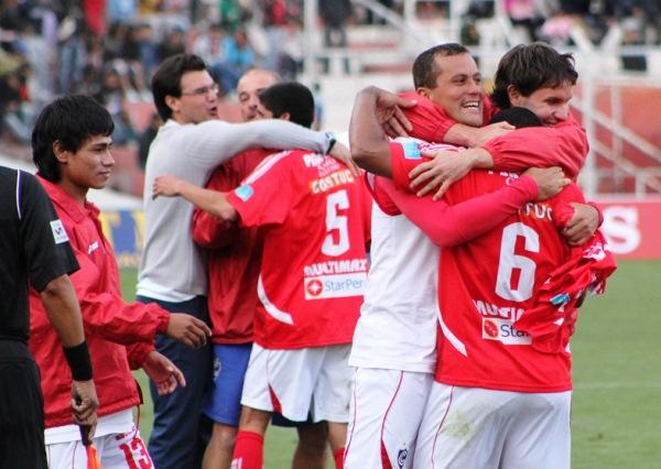 COMO SI FUERA EL PRIMERO. El cuarto gol de Jesús Chávez fue celebrado con la efusividad de un gol al último minuto. Jair Butrón y Roberto Duffoó abrazan al volante rojo. (Foto: Diario del Cusco)