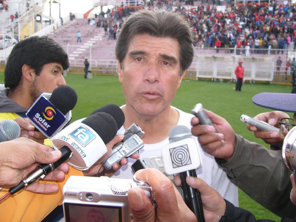 UN GUSTO DECLARAR. Trobbiani declara sobre el partido en el que su equipo vapuleó a Alianza Atlético. Con un resultado así, los animos sobran para atender cualquier pedido de la prensa. (Foto: Diario del Cusco)