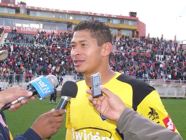 EL REQUERIDO. Walter Noriega fue abordado por los diferentes medios de Cusco al final del partido debido al penal que le tapó al argentino Alanis. El colombiano es uno de los referentes de este Cienciano versión 2011. (Foto: Diario del Cusco)