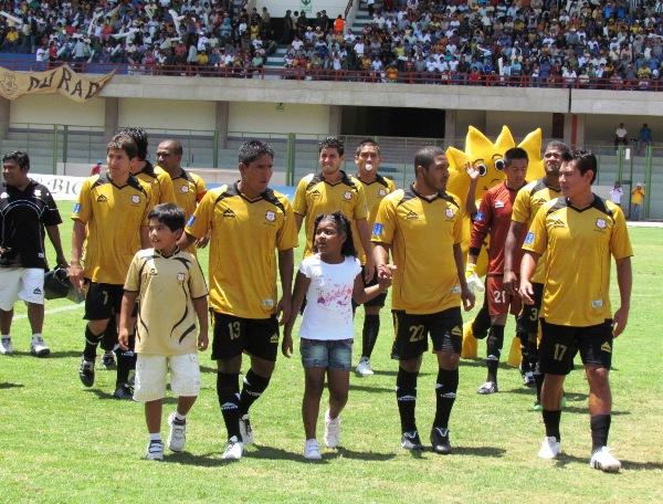 SALE EL SOL. Los jugadores de Cobresol, junto con su mascota, fueron ovacionados cuando ingresaron a la cancha del estadio 25 de Noviembre. (Foto: Roice Zeballos)