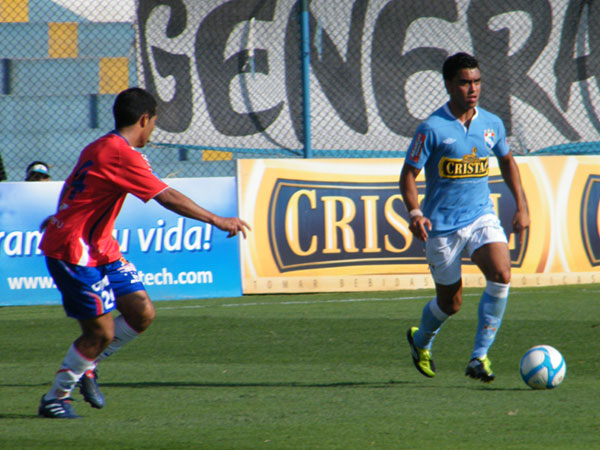Diego Chávarri de Cristal en acción ante Unión Comercio. En aquel partido, correspondiente a la fecha 5 del Descentralizado 2011, anotó uno de los goles en el triunfo celeste por 2-1 (Foto: Wagner Quiroz / DeChalaca.com)