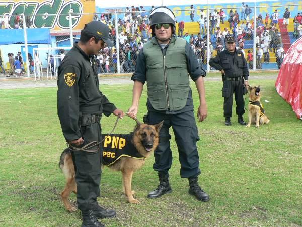 LOS POLICIAS. Estos tres efectivos ayacuchanos se llevaron más de una mirada debido a los simpáticos perros que los acompañaban. (Foto: Ciro Madueño)