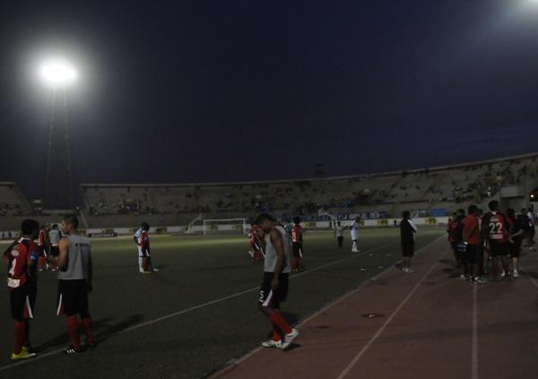 EL APAGÓN II. Tras varios minutos, y en medio de la oscuridad, el comisario del partido determinó la suspensión del encuentro. (Foto: Diario La Industria de Trujillo)