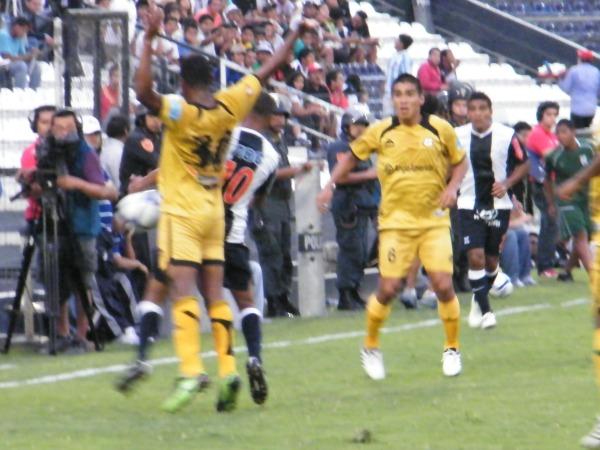 BIEN TAPADO. Alexander Sánchez no pudo ser uno de los hombres claves de Alianza Lima. 'Arrocito' fue bien marcado por los equipistas moqueguanos. (Foto: Wagner Quiroz / DeChalaca.com)