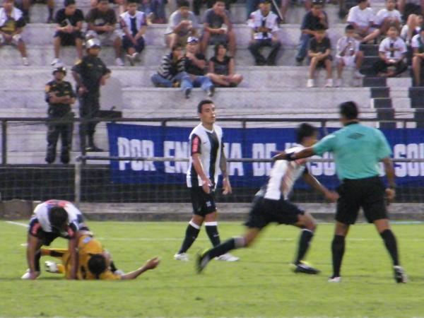 ¿QUÉ PASO?. Julio Álvarez cobra el tanto de Cobresol y los jugadores aliancistas parecen desesperarse. (Foto: Wagner Quiroz / DeChalaca.com)