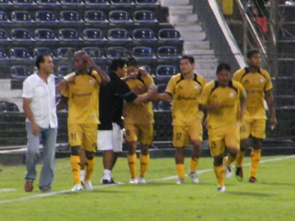 SOLO UN MOMENTO. Los jugadores de Cobresol celebran el tanto de Nórbil Romero. Sin saber lo que vendría en un rato. (Foto: Wagner Quiroz / DeChalaca.com)