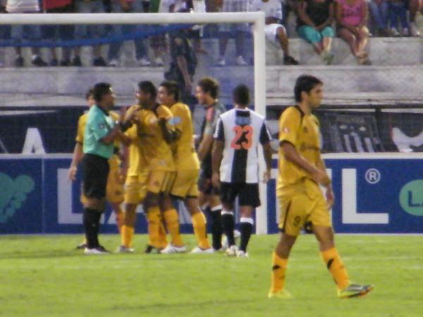 GRITO AHOGADO. El árbitro ya anuló el gol y ya no hay nada que hacer; sin embargo, los moqueguanos insisten en el reclamo. (Foto: Wagner Quiroz / DeChalaca.com)