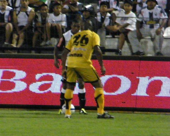 SIN PASE. Buena marca de Ismael Alvarado, que muestra un poco la solidez e inteligencia que impuso Cobresol en su defensa. (Foto: Wagner Quiroz / DeChalaca.com)