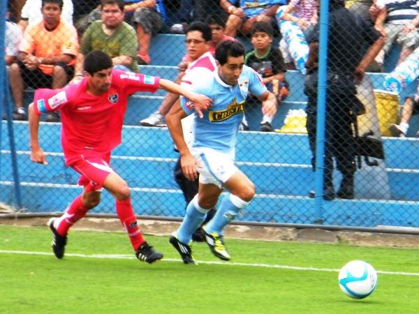 SE LO LLEVÓ DE ENCUENTRO. Ximénez supera a Masías y se dirige hacia el arco de Noriega. El 'Chino' se mostró en gran forma ante Cienciano. (Foto: Wágner Quiroz / DeChalaca.com)