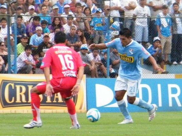 Y TODAVÍA NO. Pando tuvo una nueva oportunidad en el ataque celeste y no pudo marcar.  (Foto: Wágner Quiroz / DeChalaca.com)