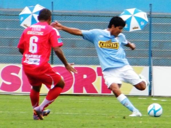 SAQUE SI QUIERE GANAR. El 'Pacho' Vílchez se dispone a rechazar con todo un balón sin importarle la presencia de Chávez. (Foto: Wágner Quiroz / DeChalaca.com)
