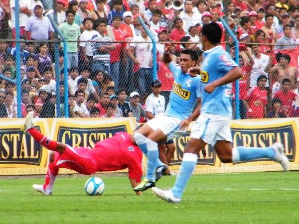 CONCIETO DE ERRORES. Durante el cotejo hubo más de una acción en la cual los jugadores de ambos equipos cometieron serias deficiencias técnicas a la hora de controlar la pelota. (Foto: Wágner Quiroz / DeChalaca.com)
