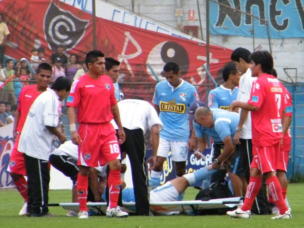 UNA PENA. Chávarri tuvo que salir del campo debido a una lesión. El volante celeste fue sustituido por Advíncula. (Foto: Wágner Quiroz / DeChalaca.com)