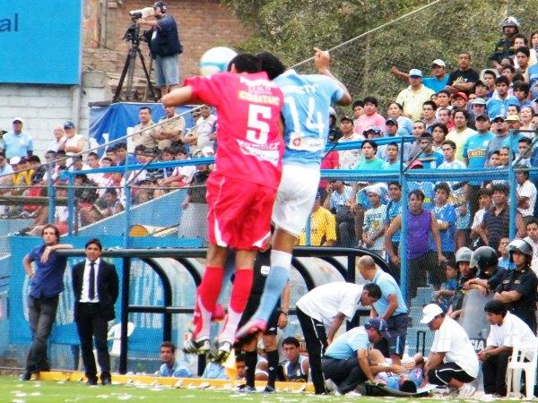 SIN MIEDO AL CHOQUE. Masías y Yotún saltan con todo para conectar un balón. El partido tuvo varias fricciones. (Foto: Wágner Quiroz / DeChalaca.com)