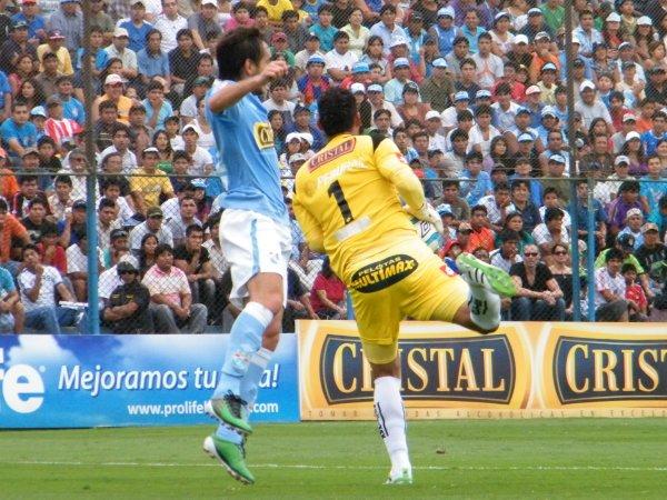 ¡QUÉ EGOÍSTA! Noriega se anticipó a Rivera y le quitó la posibilidad de conectar el balón. El colombiano mostró todos sus reflejos en el San Martín. (Foto: Wágner Quiroz / DeChalaca.com)