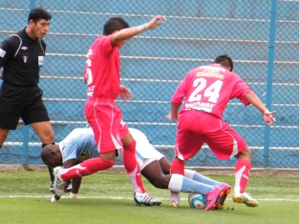 ENREDADOS. Cristian García y Luis Román Ojeda luchan el balón con Luis Advíncula. El jugador de Cristal terminó enredándose con su velocidad en el partido. (Foto: Wágner Quiroz / DeChalaca.com)