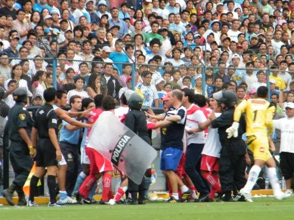 TOLE TOLE. Por culpa de Trobbiani, se armó una gresca en el partido. Esto demoró el encuentro y despintó un poco el espectáculo. (Foto: Wágner Quiroz / DeChalaca.com)