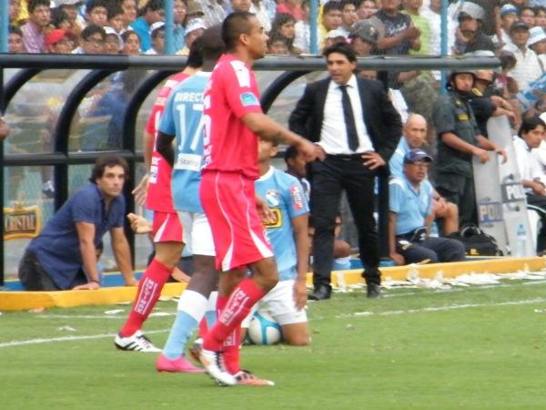 YA NO HAY QUIEN RECLAME. Los reclamos no cesaron, pues parece parte de la cultura del futbolista peruano. Sin embargo, no había nadie que exagere todo, pues ya lo habían expulsado. (Foto: Wágner Quiroz / DeChalaca.com)